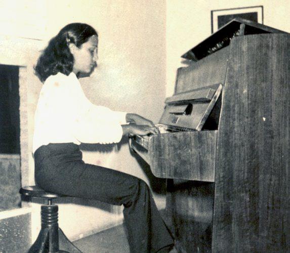 דקלה מנגנת בפסנתר